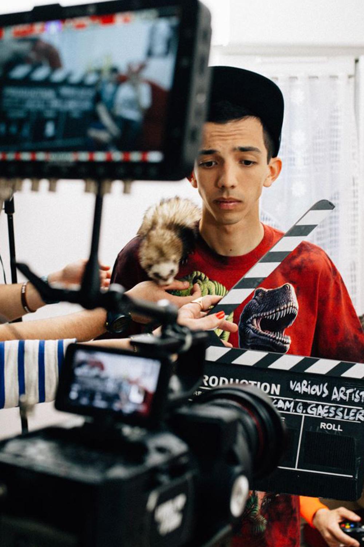 photo de bigflo en making of du clip comme d'hab